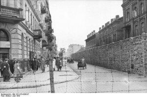 Mur getta wzdłuż ulicy Grzybowskiej, widok w kierunku wschodnim ze skrzyżowania z ulicą Żelazną Bundesarchiv 101I-270-0298-07