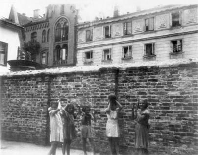 Mur przegradzający Zielną na tle Chmielnej 45 i 43. Foto: Instytut Yad Vashem.