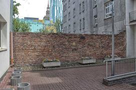 Ulica Sienna 55 – w tym miejscu granicę getta wyznaczał, istniejący już przed 1940, mur pomiędzy posesjami Sienna 53 i 55. Mur ma ok. 3 metrów wysokości.