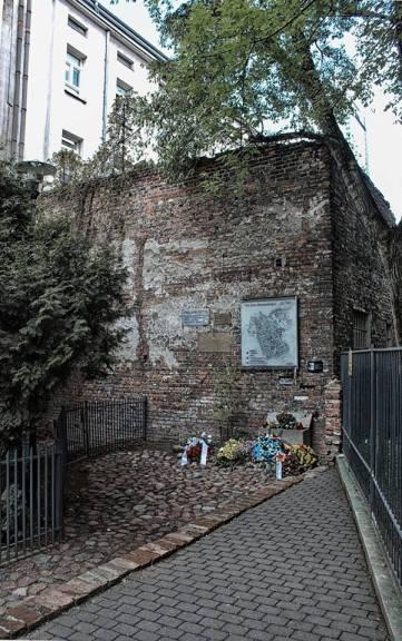 Ulica Złota 62 – murem getta jest fragment ściany przedwojennego budynku o wysokości ok. 6 metrów. Znajduje się na nim m.in. tablica pamiątkowa odsłonięta 26 maja 1992 przez prezydenta Izraela Chaima Herzoga podczas oficjalnej wizyty w Polsce, a także plan warszawskiego getta. Pojedyncze cegły pochodzące z tego fragmentu muru trafiły do Muzeum Historii Holocaustu Jad Waszem w Jerozolimie oraz do muzeów w Houston i Melbourne.