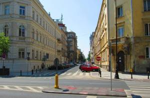 Wylot ulicy Wilczej. Właz do kanału widoczny przy dolnej krawędzi zdjęcia.