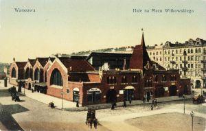 Hale na placu Witkowskiego. Skan pocztówki z początku wieku ze strony www.nmketrzyn.pl