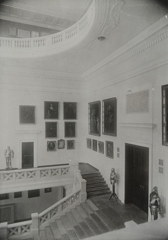 Klatka schodowa Biblioteki i Muzeum Ordynacji Krasińskich. Zdjęcie przedwojenne.