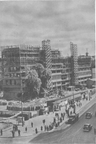 Opis oryginalny: Zespół gmachów wspólnego Domu Polskiej Zjednoczonej Partii Robotniczej w stdium budowy.