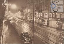 Ulica Nowy Świat nocą.