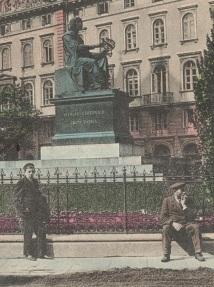 Jeśli dobrze rozpoznaję - uczeń I Gimnazjum Męskiego oraz posłaniec warszawski czekający na zlecenie.