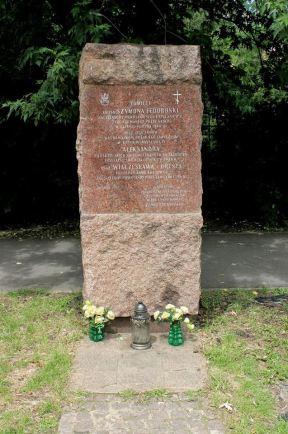 Obelisk został wystawionym dzięki staraniom wychowanków gimnazjum im króla Władysława IV oraz Towarzystwa Przyjaciół Pragi.