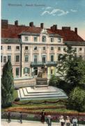Pomnik Mikołaja Kopernika z Pałacem Karasia w tle. Pałac zbudowano według projektu Jakuba Fontany dla kasztelana wiskiego, Kazimierza Karasia. Rodzina Karasiów zajmowała jedno piętro budynku, resztę przeznaczono na wynajem. Pałac rozebrano w roku 1913 robiąc miejsce pod nową inwestycję. I Wojna Światowa pokrzyżowała plany i plac po pałacu do dzisiaj stoi pusty. Obecnie znajduje się na nim parking.