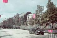 """5 października 1939 roku, w Alejach Ujazdowskich, Adolf Hitler odebrał defiladę zwycięskiej armii niemieckiej. Zdjęcie z tygodnika """"Life""""."""