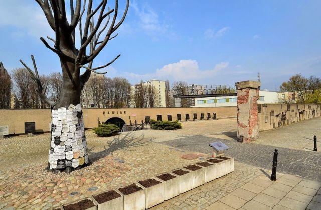 """Muzeum Więzienia """"Pawiak"""", działające jako oddział Muzeum Niepodległości. Mauzoleum-Muzeum Pawiaka otwarte zostało 28 listopada 1965 roku."""