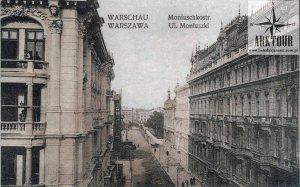 Trzeci budynek w głębi ulicy Moniuszki po prawej, czyli po nieparzystej stronie ulicy Moniuszki, to gmach Filharmonii Warszawskiej.