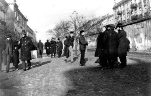 Więźniowie na spacerze około roku 1905.