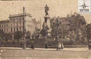 Pomnik Mickiewicza na pocztówce z początku XX wieku.