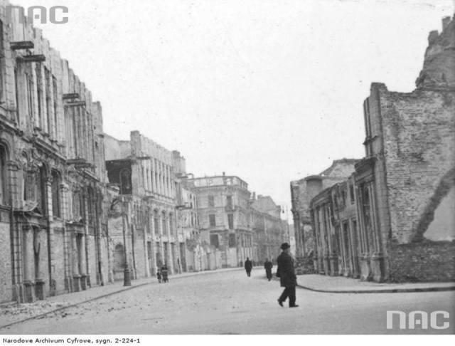 Ulica Trębacka widziana od skrzyżowania z ul. Wierzbową. Po lewej stronie widoczne ruiny Domu Dochodowego Teatrów Miejskich i Rządowych.