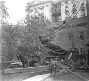 Usuwanie nielubianego pomnika w październiku 1917 roku. Foto: Zdzisław Marcinkowski.