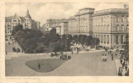 W roku 1921 plac Warecki przestał być placem Wareckim. W setną rocznicę śmierci Napoleona Bonaparte zmieniono nazwę na plac Napoleona i w tym samym roku usunięto rzeźbę ze szczytu gmachu. Polakom przypominała o latach zaborów, Korsykaninowi – o wyprawie moskiewskiej. Po odzyskaniu niepodległości w roku 1918 budynek stał się siedzibą powołanego w roku 1919 Ministerstwa Poczt i Telegrafów. Ministerstwo mieściło się w nim do roku 1939. Pocztówka ze zbiorów własnych.