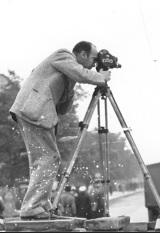 Julien Bryan w trakcie dokumentowania niemieckich nalotów.