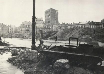Spojrzenie z ulicy Marszałkowskiej na gmach Polskiej Akcyjnej Spółki Telefonicznej. Na pierwszym planie wrak ciężkiego nosiciela ładunków Borgward B IV (Sonderkraftfahrzeug 301). Taki właśnie pojazd eksplodował na Starym Mieście 13 sierpnia 1944 roku zabijając kilkaset osób.