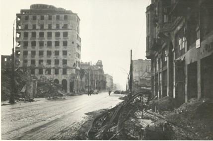 Skrzyżowanie ulic Świętokrzyskiej i Marszałkowskiej. Widoczny gmach Centrali Pocztowej Kasy Oszczędności na rogu Świętokrzyskiej i Marszałkowskiej oddano do użytku w roku 1939.