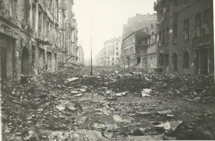 Ulica Zielna. Przy prawej krawędzi budynek radia przy ulicy Zielnej.