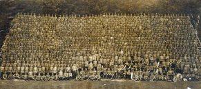 Kto i gdzie zrobił zdjęcie, stacjonującego w Warszawie, całego Lejb-Gwardyjskiego Keksholmskiego Pułku imienia Cesarza Austriackiego?