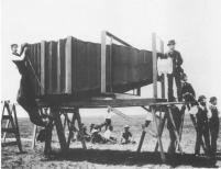 Aparat, umożliwiający robienie podobnych zdjęć, skonstruował pod koniec XIX wieku w Stanach Zjednoczonych George Raymond Lawrence.