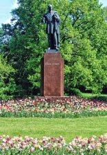 Pomnik Edwarda M. House'a w Parku Skaryszewskim imienia Ignacego Paderewskiego.