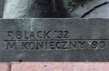 Pomnik szczęśliwie przetrwał II Wojnę Światową ale nie przetrwał władzy ludowej. Ignacemu Paderewskiemu odebrano patronat nad parkiem, a najprawdopodobniej w roku 1951 postać pułkownika House'a zniknęła bez śladu. W roku 1988 parkowi przywrócono Ignacego Paderewskiego, a staraniem Konserwatora Zabytków miasta stołecznego Warszawy, Feliksa Ptaszyńskiego, 11 listopada 1991, pośród zieleni, pojawił się pułkownik Edward Mandell House. Autorem rekonstrukcji pomnika jest Marian Konieczny.