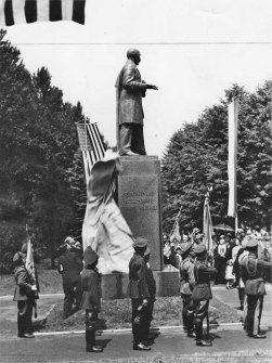 Uroczystość odsłonięcia pomnika pułkownika Edwarda Mandella House'a w parku Skaryszewskim imienia Ignacego Jana Paderewskiego. 4 lipca 1932 roku. Moment odsłonięcia pomnika, Zdjęcie w zbiorach Narodowego Archiwum Państwowego.