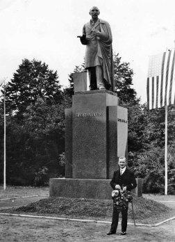 Autor pomnika, Franciszek Black, przed swoim dziełem. Uroczystość odsłonięcia pomnika pułkownika Edwarda Mandella House'a w parku Skaryszewskim imienia Ignacego Jana Paderewskiego. 4 lipca 1932 roku. Zdjęcie w zbiorach Narodowego Archiwum Państwowego.